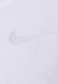 Nike Performance - RUN  - Camiseta estampada - white/silver - 4