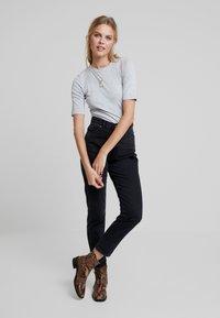 KIOMI - Basic T-shirt - grey - 1