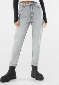 Bershka - MOM FIT JEANS - Relaxed fit jeans - grey - 0