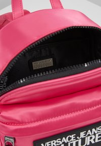 Versace Jeans Couture - TAB MINI BACKPACK - Batoh - fuxia - 4
