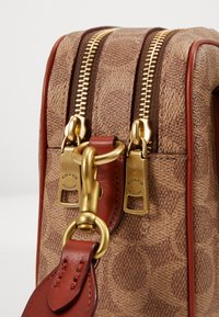 Coach - SIGNATURE CASSIE CAMERA BAG - Umhängetasche - tan rust - 4