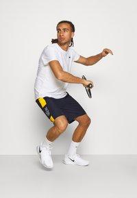 Lacoste Sport - TENNIS SHORT BLOCK - Urheilushortsit - navy blue/broom white - 3
