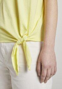 TOM TAILOR DENIM - Basic T-shirt - daffodil yellow - 4
