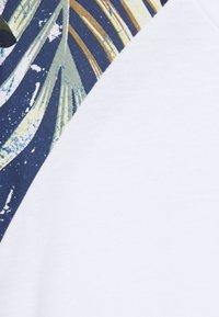 Jack & Jones - JJFLOWER TEE CREW NECK - T-shirt med print - navy blazer - 2