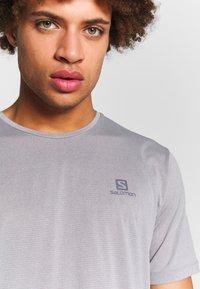 Salomon - AGILE TRAINING TEE - Basic T-shirt - alloy/heather - 4