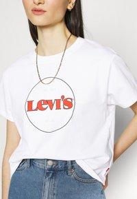 Levi's® - GRAPHIC VARSITY TEE - Print T-shirt - white - 4