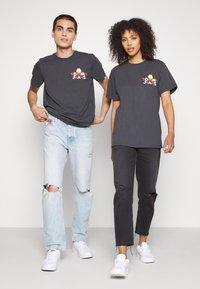 Tommy Jeans - ABO TJU X GARFIELD TEE UNISEX - T-Shirt print - blackout - 1