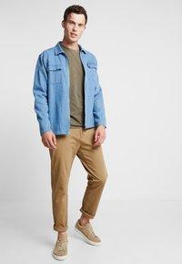 DOCKERS - SMART FLEX TAPERED - Pantalones chinos - ermine - 1