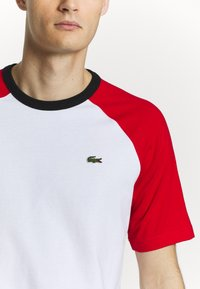 Lacoste LIVE - TH6185 - T-shirt con stampa - white/red/black - 4
