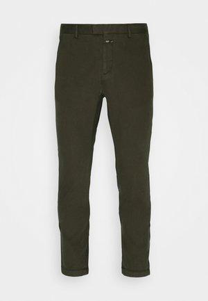 DEVON - Chino kalhoty - chard green