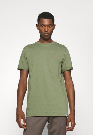 NØRREGAARD - Basic T-shirt - lichen green/orange
