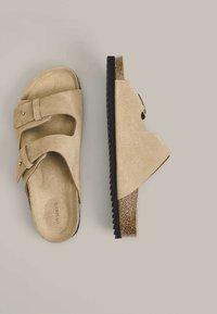 OYSHO - SPLIT-LEATHER SLIDER SANDALS - Domácí obuv - beige - 2