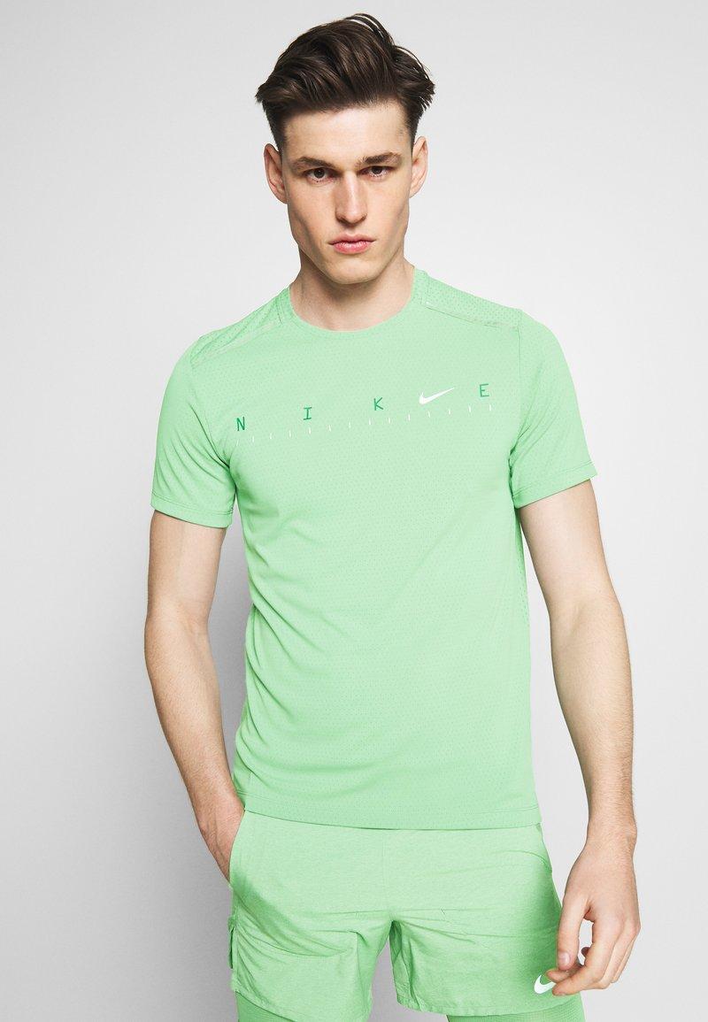 Nike Performance - DRY MILER - Camiseta estampada - silver pine