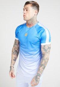 SIKSILK - RAGLAN FADE STRAIGHT HEM TEE - Print T-shirt - blue/ice grey - 4