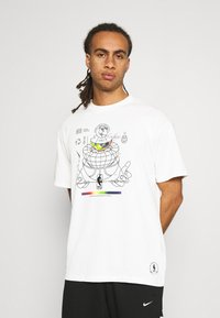 Nike Performance - NBA MOVE TO TEE - T-shirt med print - pure - 0