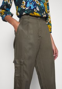 Moss Copenhagen - MAIRA ROSANNA PANTS - Bukse - kalamata - 4