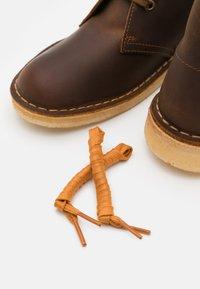 Clarks Originals - DESERT BOOT - Zapatos con cordones - beeswax - 5