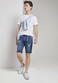 TOM TAILOR DENIM - MIT SCHLÜSSELAN - Denim shorts - random bleached  blue denim - 1