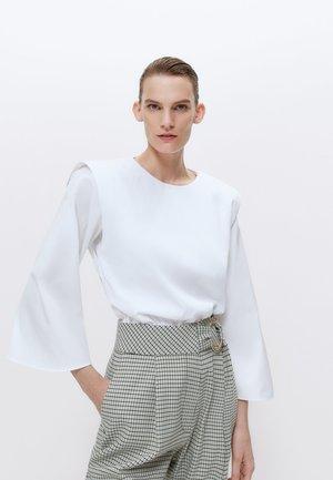MIT SCHULTERPOLSTERN  - Blouse - white