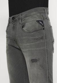 Replay - ANBASS HYPERFLEX BROKEN AND REPAIR - Jeans slim fit - medium grey - 4