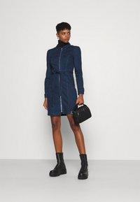 ONLY - ONLFLEUR LIFE PUFF DRESS - Denimové šaty - dark blue denim - 1