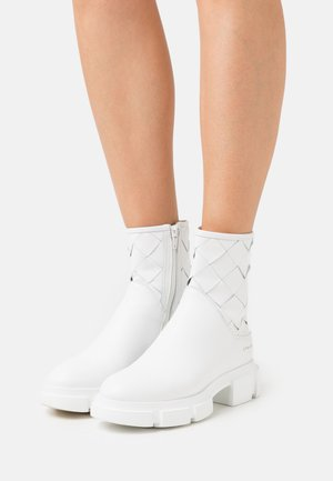 CPH522 - Platform ankle boots - white