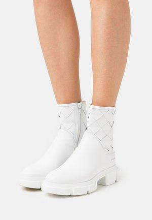 CPH522 - Kotníkové boty na platformě - white