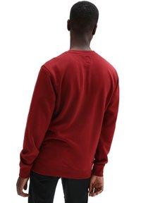 Vans - MN BASIC CREW FLEECE - Sweatshirt - pomegranate - 1