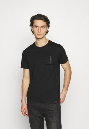 MATTE AND FLOCK MONOGRAM TEE UNISEX - Triko s potiskem - black