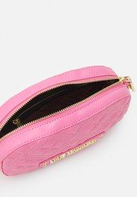 Love Moschino - CHAIN CROSS BODY ROUND - Across body bag - rosa - 3