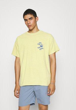 SUNDAY TEE UNISEX - Print T-shirt - yellow