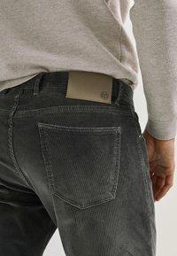 Massimo Dutti - ENTBASTETE  - Trousers - grey - 4