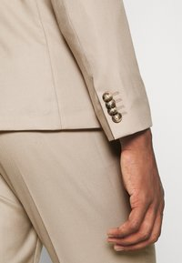 Isaac Dewhirst - THE SUIT - Kostym - beige - 11