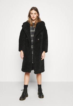 WHINNIE BORg - Classic coat - black