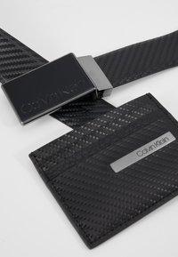 Calvin Klein - CARBON GIFTSET WALLET BELT SET - Pásek - black - 8
