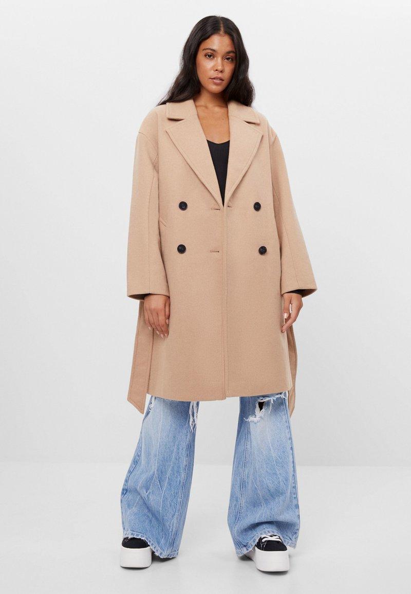 Bershka - Zimní kabát - beige