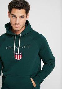 GANT - SHIELD HOODIE - Jersey con capucha - tartan green - 3