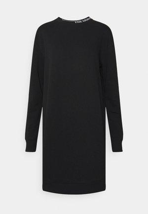 ZUMU CREW DRESS - Denní šaty - black