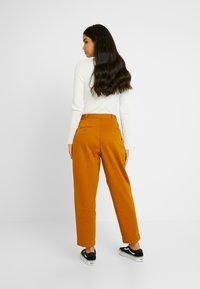 Monki - JAINEY TROUSERS - Kalhoty - camel - 3
