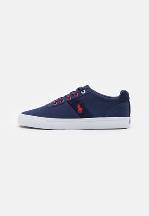 HANFORD - Matalavartiset tennarit - newport navy/red