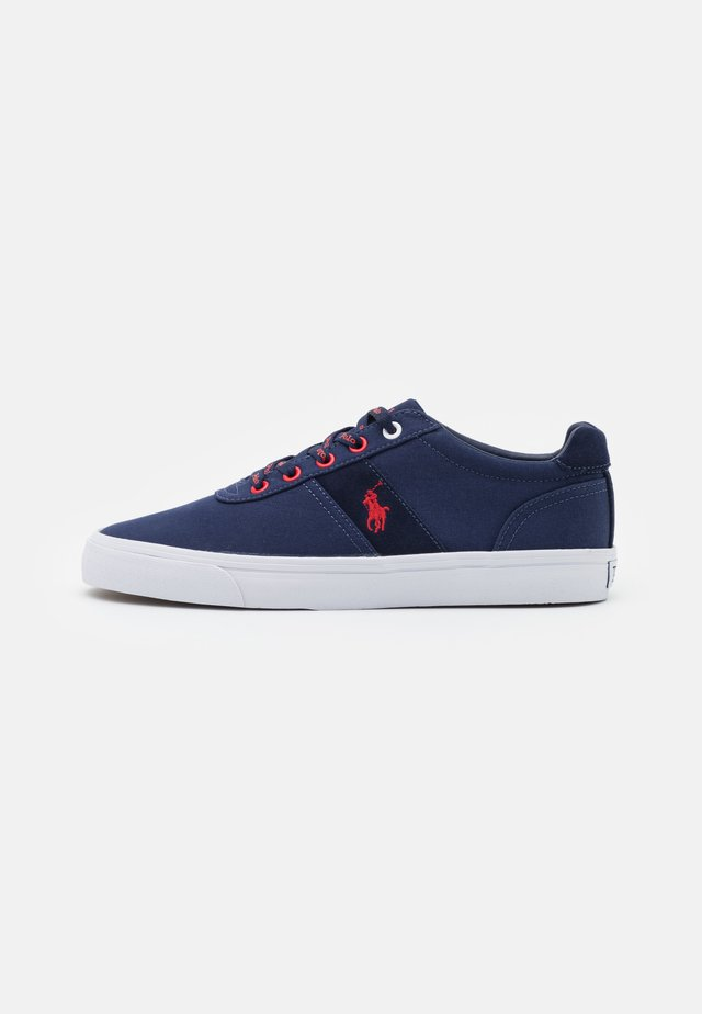 HANFORD - Sneakers laag - newport navy/red
