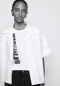 MM6 Maison Margiela - T-shirts med print - white - 3