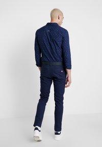 Tommy Jeans - SCANTON DOBBY PANT - Pantalones - black iris - 2
