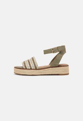 Sandalen met plateauzool - pistacchio