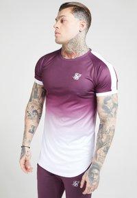 SIKSILK - SIKSILK FADE TECH TEE - Print T-shirt - rich burgundy fade - 4