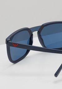 Emporio Armani - Sluneční brýle - matte blue/blue - 4