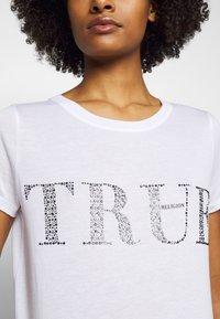 True Religion - BOXY CREW - Triko spotiskem - white - 5