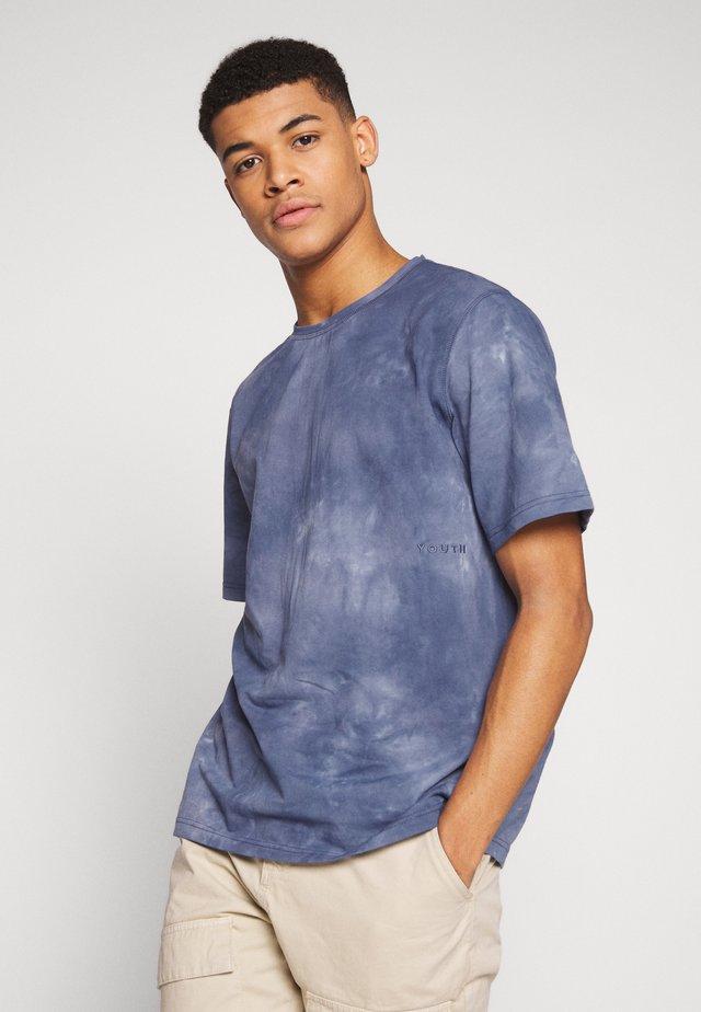MORENO - T-shirt z nadrukiem - navy
