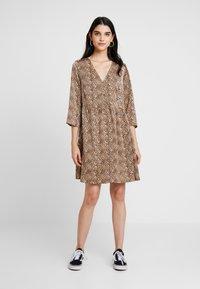 YAS - YASHURA SHORT DRESS - Hverdagskjoler - light brown/black - 0