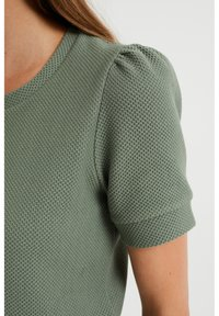 WE Fashion - MET STRUCTUUR - Basic T-shirt - light green - 3